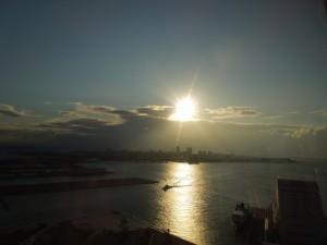 神戸ポートタワーから望む初日の出